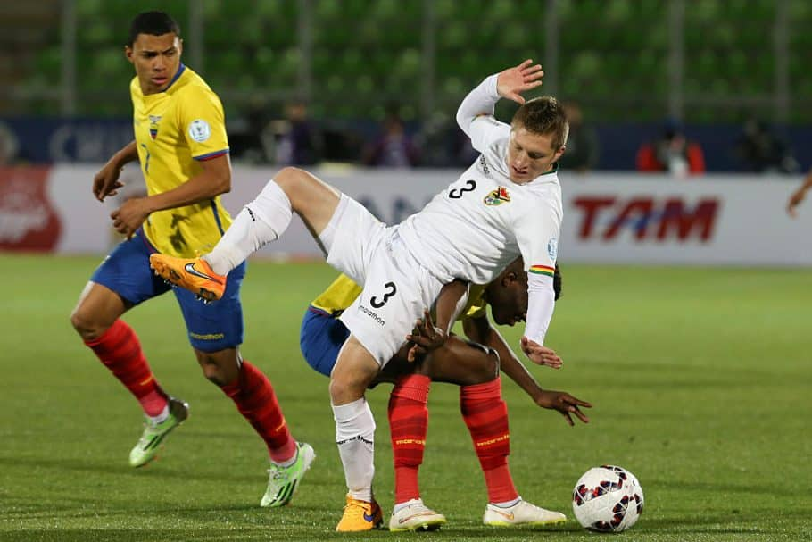VALPARAISO, CHILE - JUNE 15: Alejandro Chumacero of Bolivia fights for the ball with Enner Valencia of Ecuador during the 2015 Copa America Chile Group A match between Ecuador and Bolivia at Elias Figueroa Bander Stadium on June 15, 2015 in Valparaiso, Chile. (Photo by Claudio Santana/LatinContent via Getty Images)