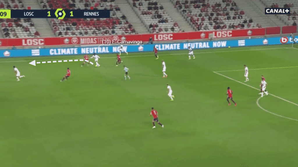 In this scenario, Camavinga, now on the right-hand side, receives the ball with Rennes under pressure. Twisting the ball and his body right, the Frenchman accelerates past to pressing Lille players.