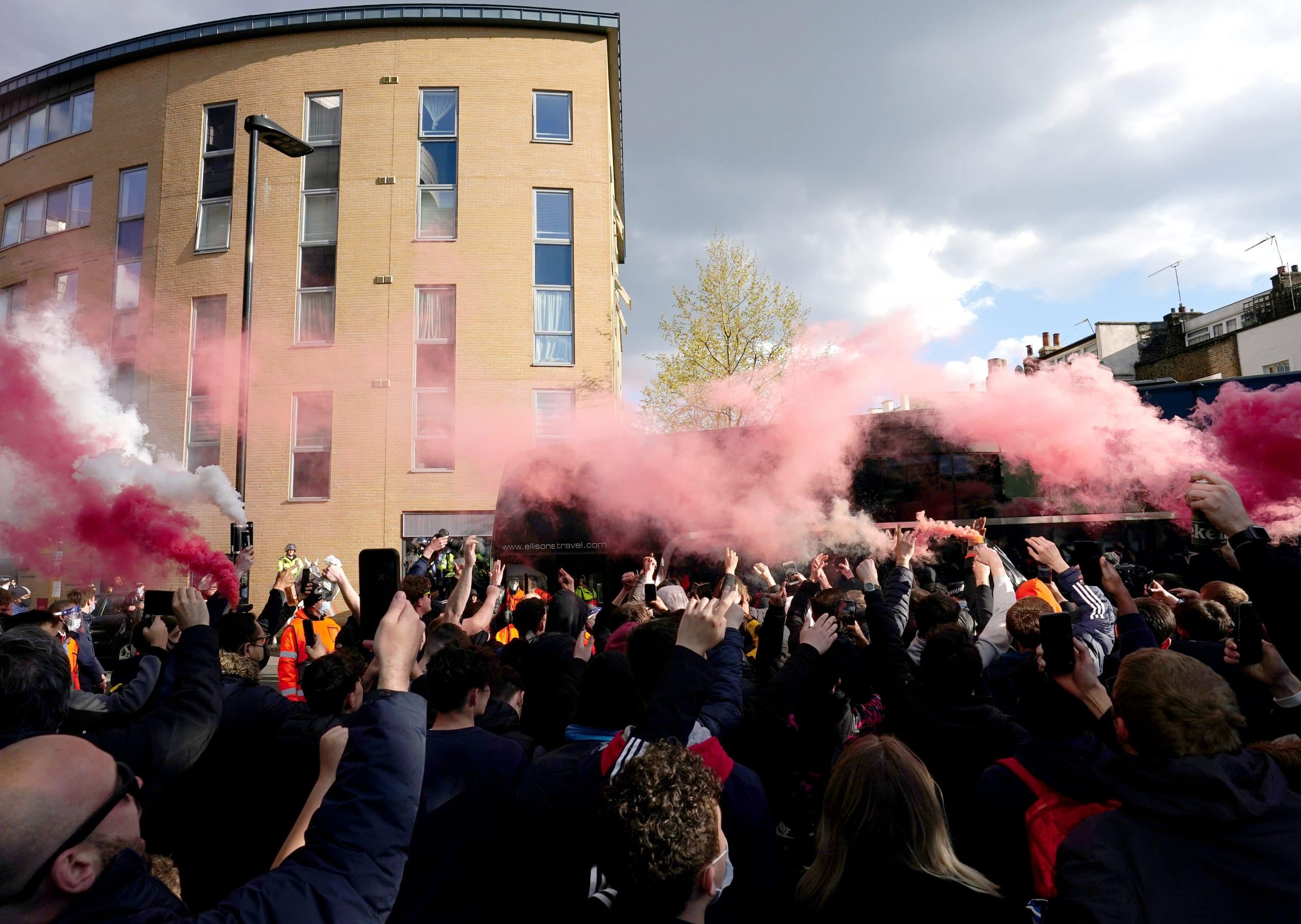 Video: Flare-wielding Arsenal fans welcome players to Emirates as fresh Kroenke out protests get underway